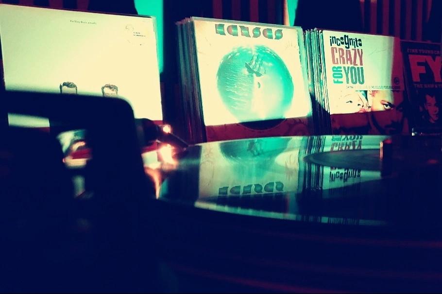 DJ TURNTABLES on CLASSIC VINYL SET